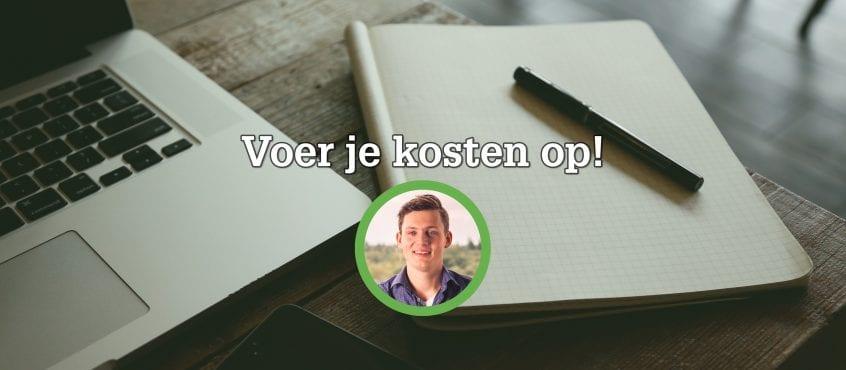 Macbook en notebook met pen erop op bureau, foto van Ruud Hoevenaar als auteur blog