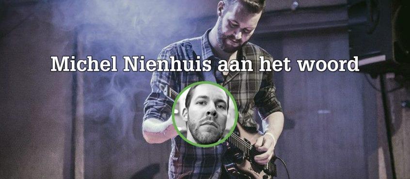 Michiel Nienhuis op achtergrond gitaar aan het spelen, foto van Michiel Nienhuis op voorgrond in cirkel