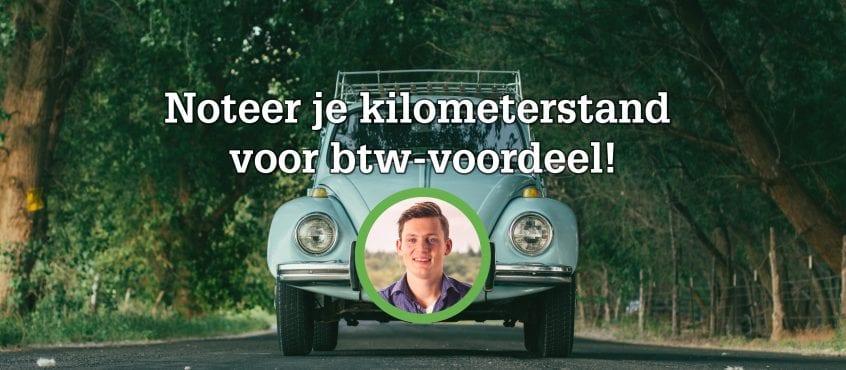 Volkswagen Kever op achtergrond in groene omgeving, auteur blog op voorgrond