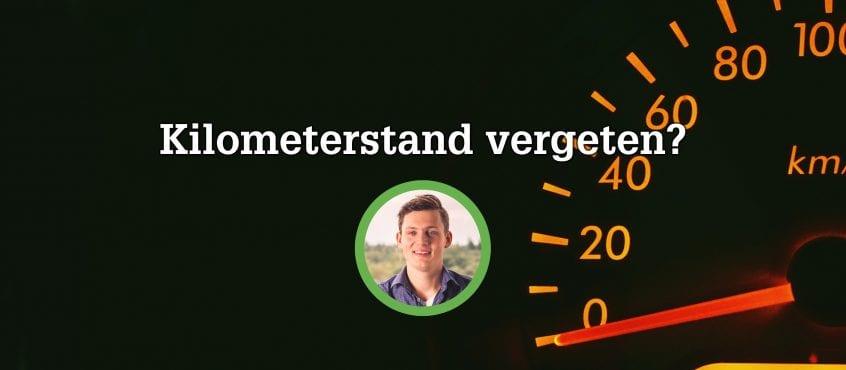 Kilometer teller op dashboard, auteur blog in cirkel op voorgrond