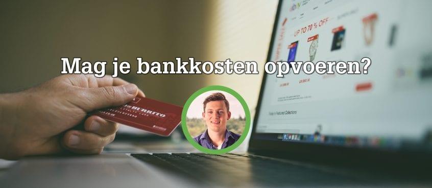 Laptop en hand met creditcard erbij, foto van auteur blog op voorgrond